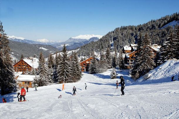 Chalets in Meribel - skiing towards the chalets of the Altitude 1600 area