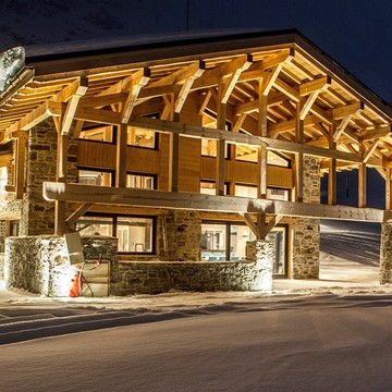 Chalet cascades arc 2000 at night